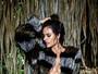 Alessandra Ambrósio posa sensual só de calcinha e casacão