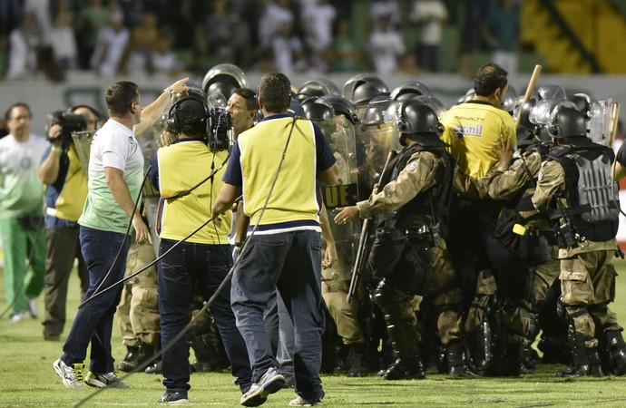 Caldense protesta contra arbitragem no jogo da  final do Campeaonto Mineiro (Foto: Douglas Magno)