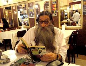 Nelson Rodrigues Filho com livro e Mario Neto (Foto: Alexandre Alliatti / Globoesporte.com)
