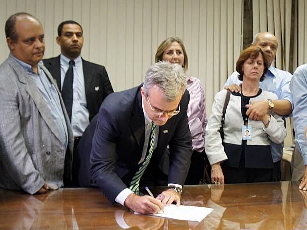 Reitor da UnB, Ivan Camargo, assina documento (Foto: Ricardo Moreira/G1)