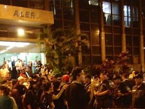 PMs fazem cordão de isolamento para saída de deputados na Alerj (Foto: Priscilla Souza/G1)