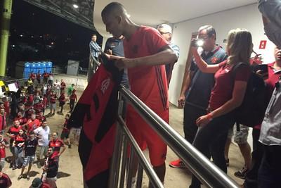 Jorge recebe carinho da torcida do Flamengo em Cariacica (Foto: Fred Gomes/ GloboEsporte.com)
