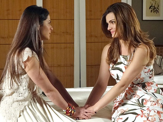 Jacira cai na conversa de Elisa (Foto: Amor Eterno Amor/TV Globo)