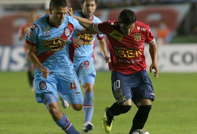 Hugo Nervo do Arsenal de Sarandi e Cristian Manuel Chavez do Unión Española (Foto: EFE)