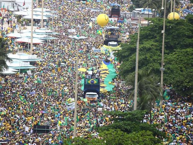 MANIFESTAÇÃO/RIO(12H01): Manifestantes ocupam as duas faixas da Avenida Atlântica e bloqueiam totalmente as vias (Foto: Rodrigo Gorosito / G1)