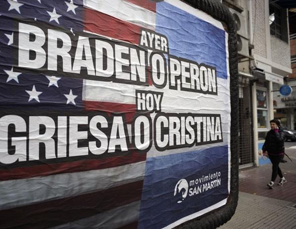 Cartaz do governo nas ruas de Buenos Aires sobre a disputa em relação a dívida argentina. (Foto: Juan Mabromata/AFP)