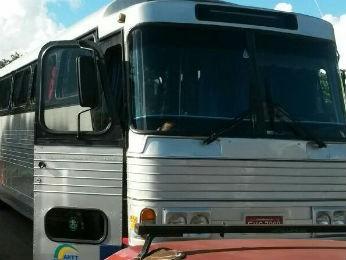 Os três ônibus foram parados na BR-277, no oeste do Paraná (Foto: Polícia Rodoviária Federal/Divulgação)
