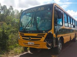 Ônibus atingido em acidente na BR-110, na Bahia (Foto: Polícia Rodoviária Federal (PRF)/Divulgação)