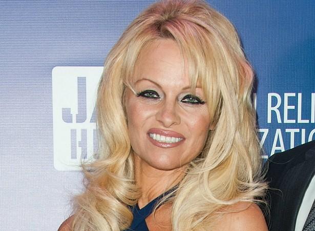 """Mesmo tendo arrancado suspiros ao longo dos anos em que invadiu a telinha usando apenas maiôs e biquínis em 'SOS Malibu' (1989–2001), Pamela Anderson afirma que não se considera atraente. """"Nunca me senti bonita o suficiente para ser uma modelo"""", disse ela à revista 'Parade', """"Acho que causei sensações com minha aparência. Mas não com minha beleza."""" (Foto: Getty Images)"""