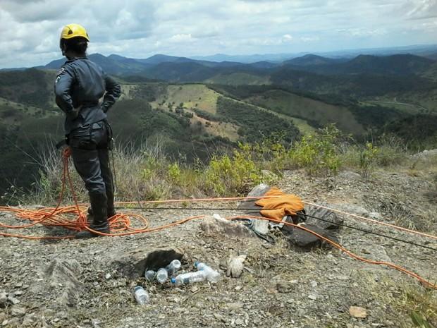 Bombeiros fizeram resgate do corpo do chaveiro, na Serra da Viúva, com técnicas de rapel (Foto: Davidson Fortunato/Inter TV dos Vales)