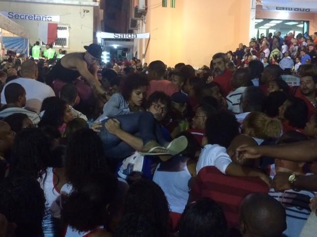 Fiéis passam mal no meio da multidão que prestavam homenagem a São Jorge (Foto: Janaína Carvalho/ G1)