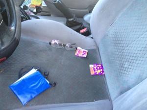 Dentro do veículo, policiais encontraram preservativos masculinos, em João Pessoa (Foto: Wagner Lima/G1)