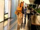 Débora Nascimento passeia em shopping e tira foto com fãs