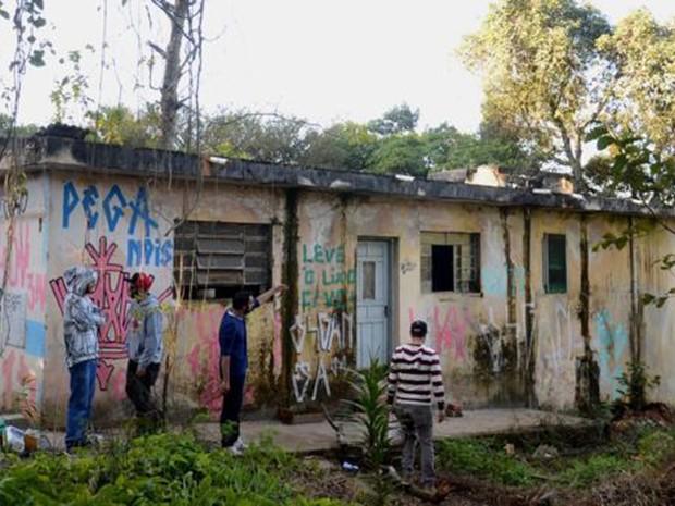 Moradores visitam área de parque que querem transformar em polo cultural (Foto: Felipe Souza/BBC Brasil)