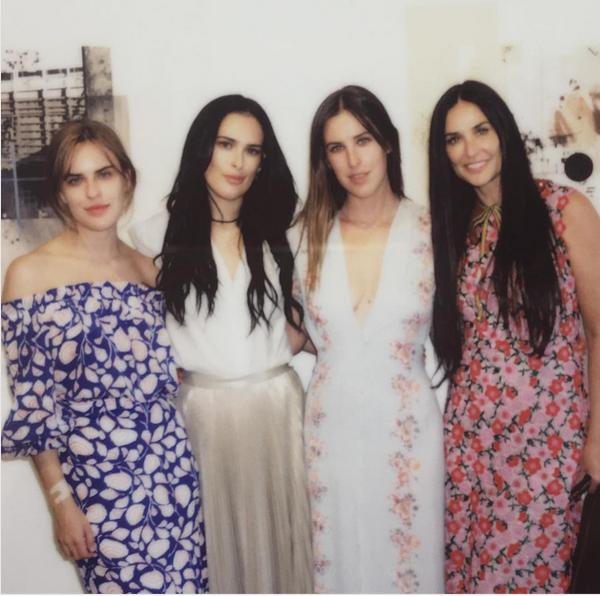 A celebridade Rumer Willis, filha de Bruce Willis e Demi Moore, com a mãe e as irmãs (Foto: Instagram)
