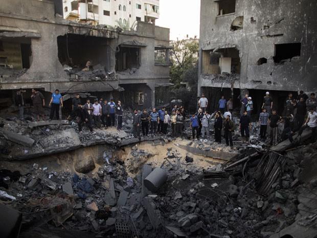 Escombros do prédio atingido por um ataque israelense em Gaza (Foto: Marco Longari/AFP Photo)