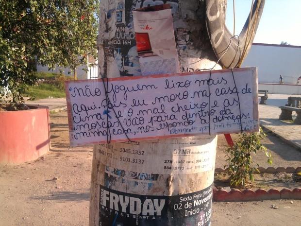 Leitora fotografa protesto de moradora de Belford Roxo, onde a coleta de lixo está reduzida desde outubro. (Foto: Maristela Santos Marques Soares/VC no G1)