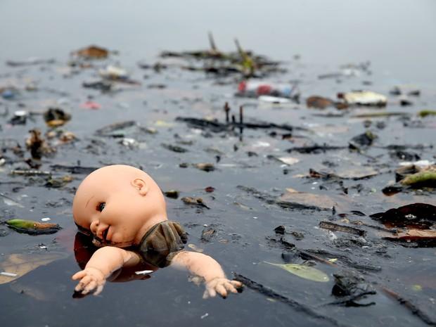 29/07/2015 - Uma boneca flutua em meio ao lixo na Baía da Guanabara, no Rio de Janeiro, local de eventos de vela das Olimpíadas do Rio 2016. O governo prometeu limpar 80% da poluição a tempo para os jogos, mas admite que a meta é difícil de ser alcançada (Foto: Matthew Stockman/Getty Images)