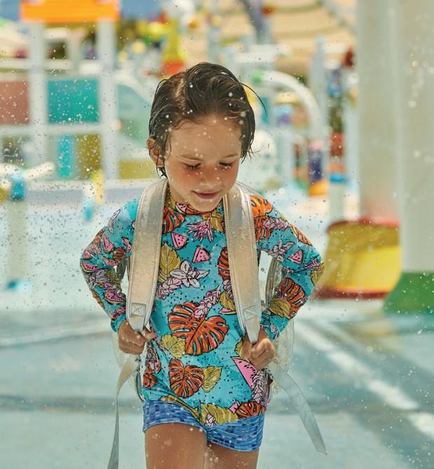 Theo usa Blusa de poliéster, R$ 79,90, da Água com Sal. Sunga de poliéster, R$ 65,48 da Dedeka. (Foto: Pablo Saborido / Editora Globo)