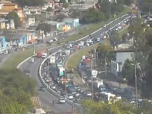 Acidente complica o trânsito no Anel Rodoviário (Foto: Reprodução TV Globo)