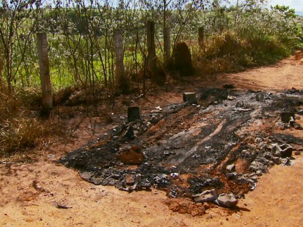 Local onde o carro do maratonista foi encontrado queimado, na zona rural de Alfenas (Foto: Reprodução EPTV)