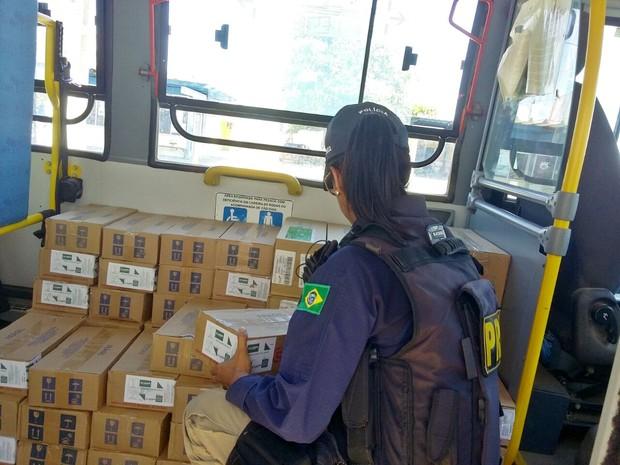 Coletivo estava transportando pessoas e uma carga de medicamentos para Junco de Seridó (Foto: Jeanne Barreto/PRF)