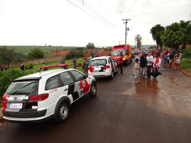 Rua onde o menino mora ficou sem energia por mais de uma hora (Foto: Luiz Fernando/ Jornal Acontece)