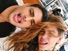 Mariana Goldfarb e Cauã Reymond posam juntinhos em foto divertida