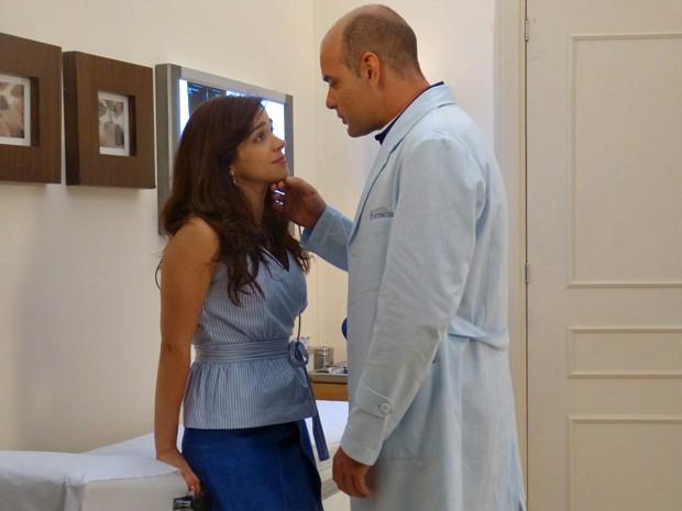 O médico consola a enfermeira (Foto: Janaina Ornellas/ Gshow)