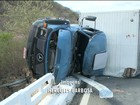 Homem morre e outro fica ferido após caminhão tombar no Sertão da PB