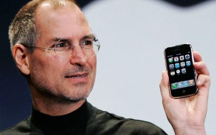 Steve Jobs e o primeiro iPhone lançado em 2007 (Foto: Divulgação)