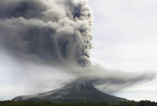 O vulcão Sinabung, ao norte da ilha de Sumatra, está em erupção desde setembro. Sua nuvem de cinzas alcançou 8 km de altura nesta segunda (18) (Foto: Mafa Yuli Ramadani/AP)