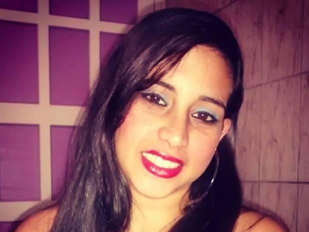 Larissa atacou a mãe com uma faca após discussão em Santos, SP (Foto: Reprodução / Facebook)