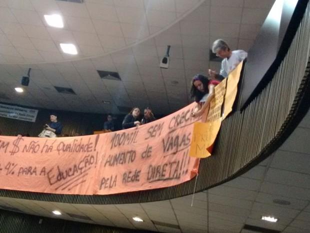 Grupos ocupam lados opostos das galerias da Câmara de SP (Foto: Roney Domingos/G1)