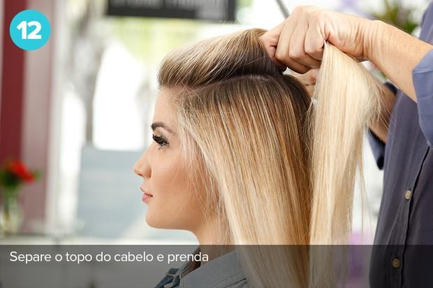 Para fazer o cabelo, bastam 10 minutos. O primeiro passo é separe o topo do cabelo e prender (Foto: Marcos Serra Lima/EGO)