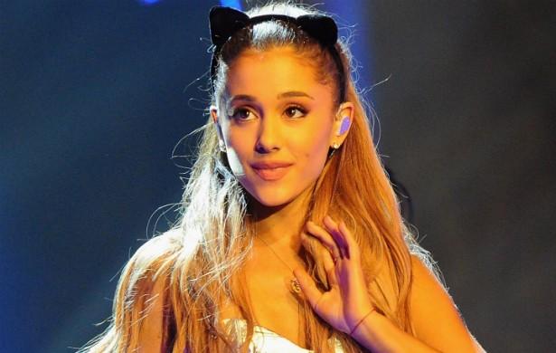 """Ariana Grande afirma ter passado por uma experiência arrepiante durante e depois de visitar um cemitério em Kansas City, no estado norte-americano do Missouri, que ela considera """"um dos sete portais na Terra para o inferno"""". A cantora diz que passou mal quando foi ao lugar, intuiu uma """"esmagadora sensação de negatividade sobre o carro"""" em que ela estava, e sentiu cheiro de enxofre, """"que é um sinal do diabo"""", segundo ela. Depois daquele bizarro dia, Ariana afirma ter ouvido vozes sussurrando numa noite, quando ela estava prestes a dormir, além de haver visto """"imagens perturbadoras"""" com chifres vermelhos. (Foto: Getty Images)"""
