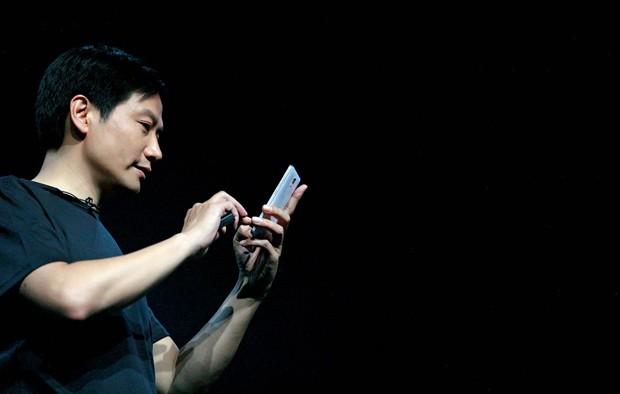 Lei Jun, criador da Xiaomi:  ele imita Steve Jobs nas roupas, nos gestos e no estilo de gestão. Só não segue os preços praticados pela Apple  (Foto: Jing Guan / AP)