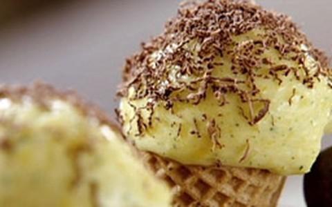 Sorvete de manga com raspas de chocolate
