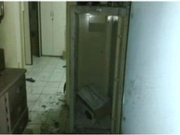A polícia disse que os homens entraram pela porta da agência e levaram o cofre. (Foto: Reprodução/TV Verdes Mares)