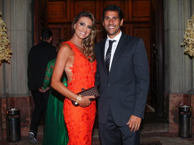 Ex-levantador Maurício com a mulher em casamento em São Paulo (Foto: Manuela Scarpa/ Foto Rio News)