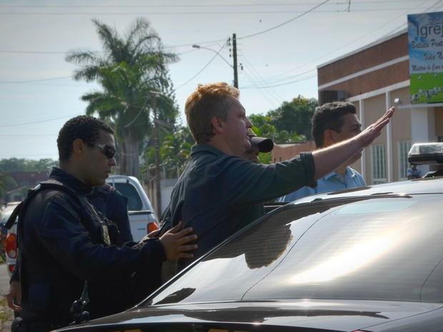 Prefeito de Vilhena sendo preso nesta quinta pela PF (Foto: Aline Lopes/ G1)