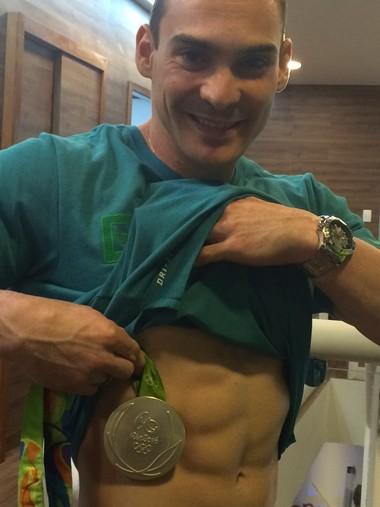 Arthur Zanetti mostra onde pretende tatuar medalha de prata (Foto: Marcos Guerra)