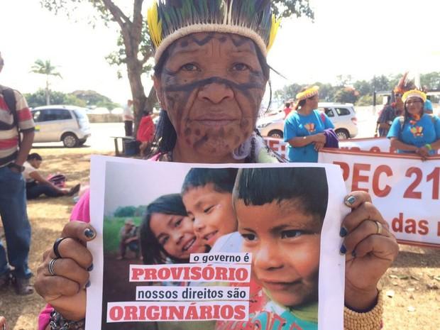 """""""O governo é provisório, nossos direitos são originários"""" é o nome da campanha lançada pelos indígenas em prol da demarcação de terras; na foto, Leila Rocha, uma das lideranças da tribo guarani-kaiowá (Foto: Mateus Vidigal/G1)"""