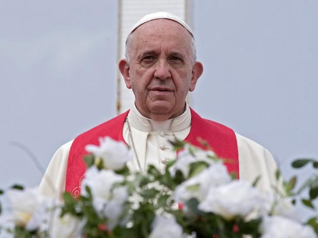 O Papa Francisco observa a cidade cubana de Holguín a partir da Loma de La Cruz, na segunda (21) (Foto: AFP Photo/Pool - Alessandra Tarantino)