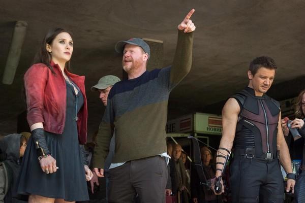 Diretor Joss Whedon conversa com Elizabeth Olsen e Jeremy Renner (Foto: Divulgação)