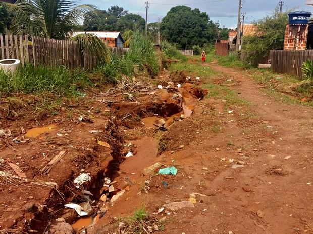 Alguns moradores abandonaram casas por causa de 'descaso', diz moradora (Foto: Fernanda Bonilha/G1)