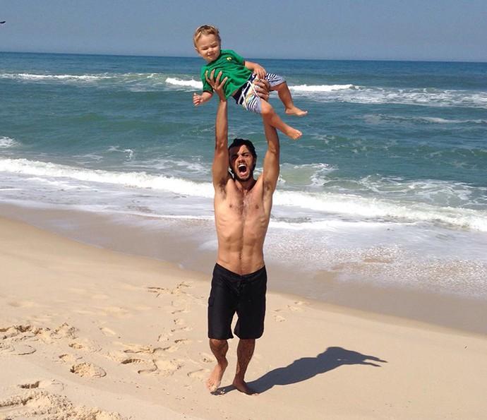 Felipe Simas na praia com o filho Joaquim (Foto: Arquivo Pessoal)
