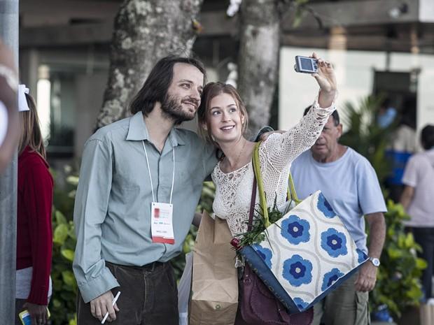 Nada mal encontrar a ruivinha mais simpática do Brasil e ter uma selfie tirada pela própria (Foto: Inácio Moraes/TV Globo)