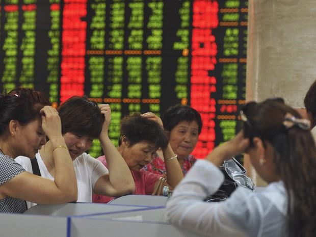 Investidores reagem à queda das ações na Bolsa chinesa, em Fuyang, província de Anhui, nesta terça-feira, em mais um dia de queda no mercado chinês (Foto: Stringer/Reuters)