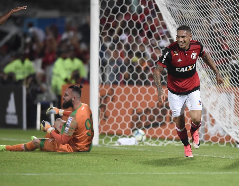 Guerrero comemora seu primeiro gol no Brasileirão contra a Chapecoense (Foto: André Durão)